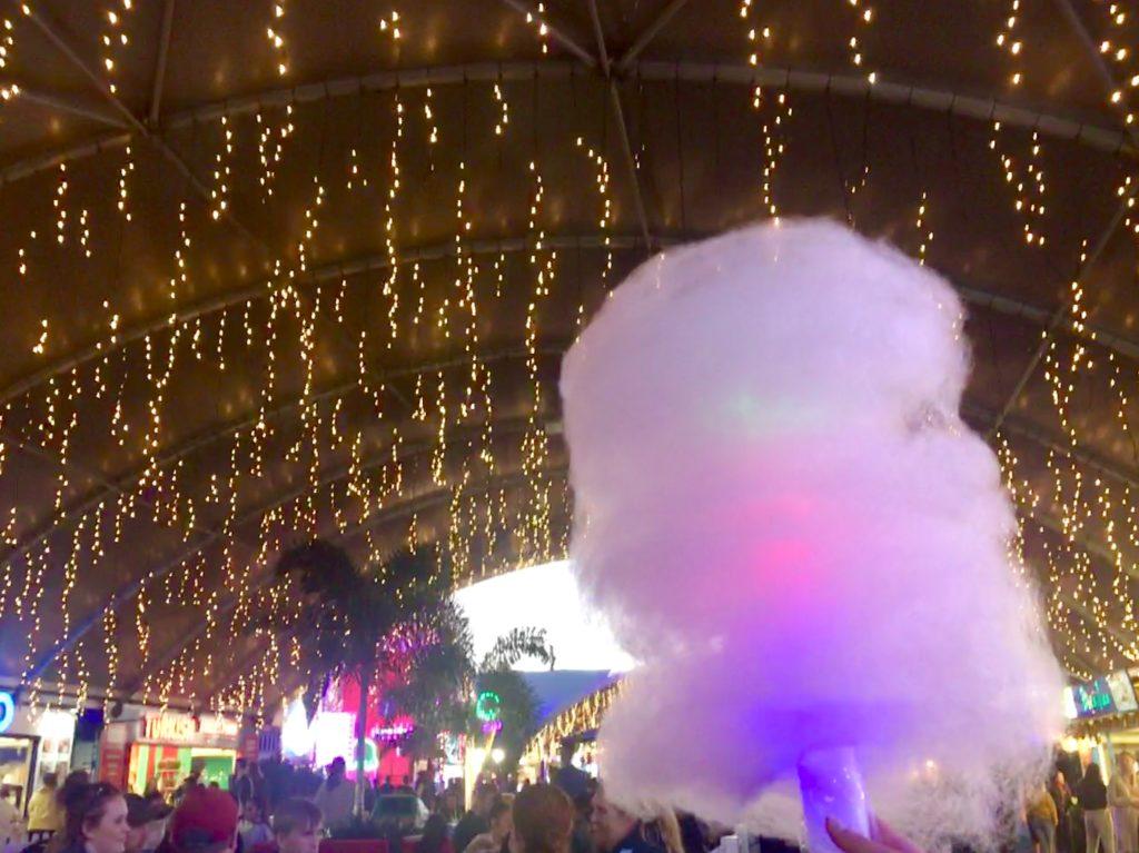 イートストリートで買った光る綿菓子