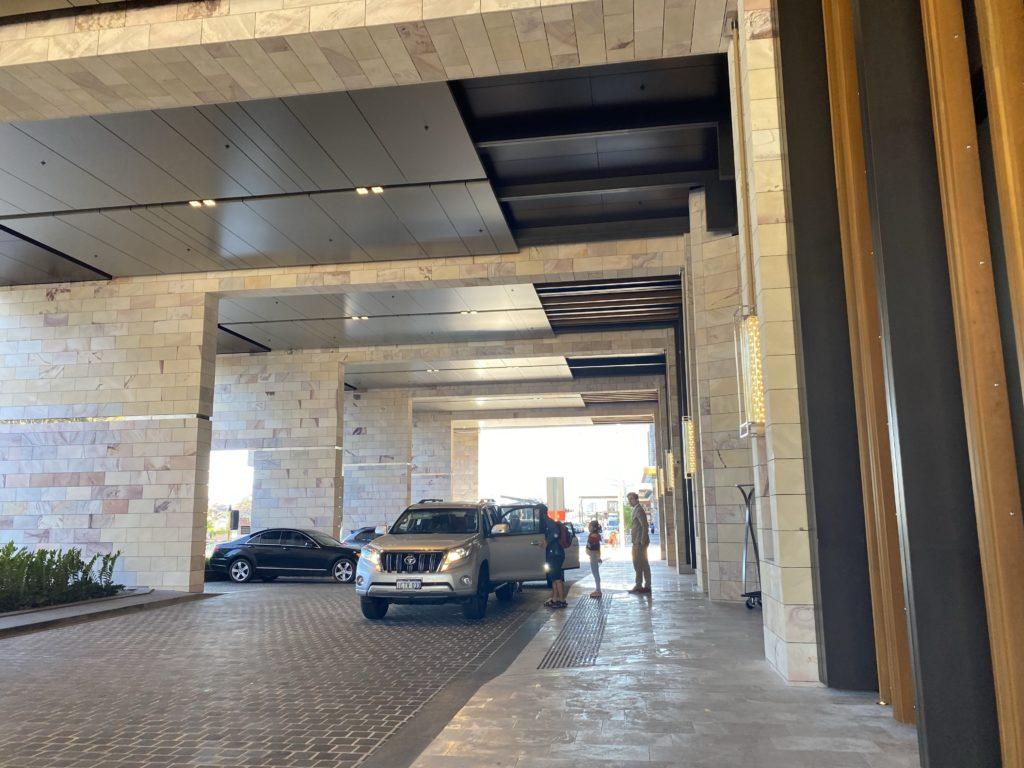 高級ホテルのザリッツカールトン パースの駐車場