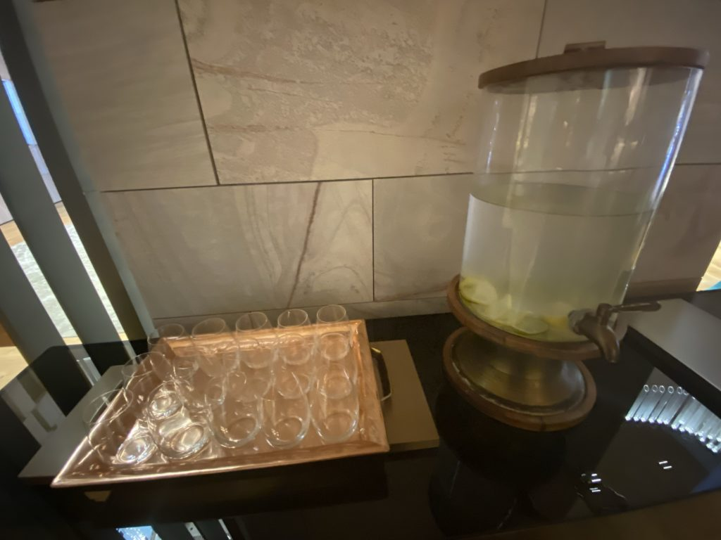 高級ホテルのザリッツカールトン パースのフロントにあった水