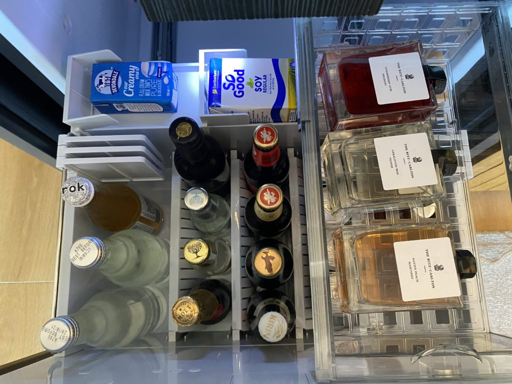 高級ホテルのザリッツカールトン パースの部屋にある冷蔵庫