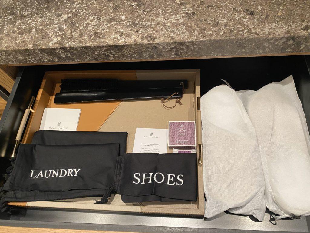 高級ホテルのザリッツカールトン パースに用意されているスリッパや洗濯サービス