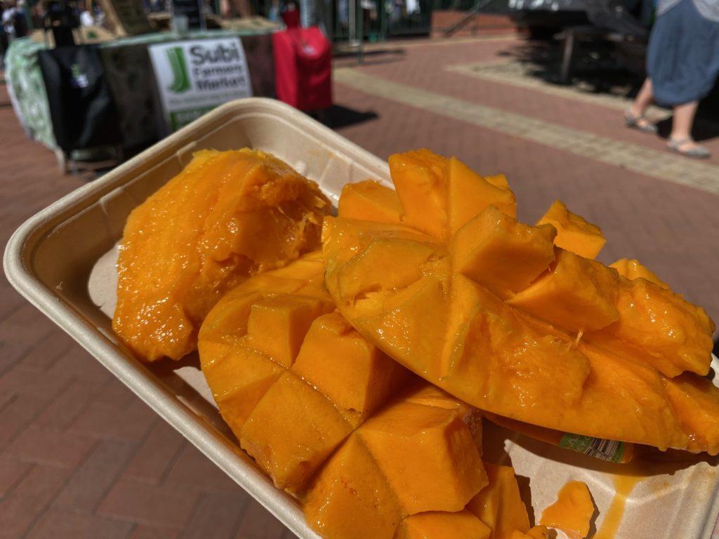 オーストラリアのパースにあるSubiファーマーズマーケットのマンゴーの写真