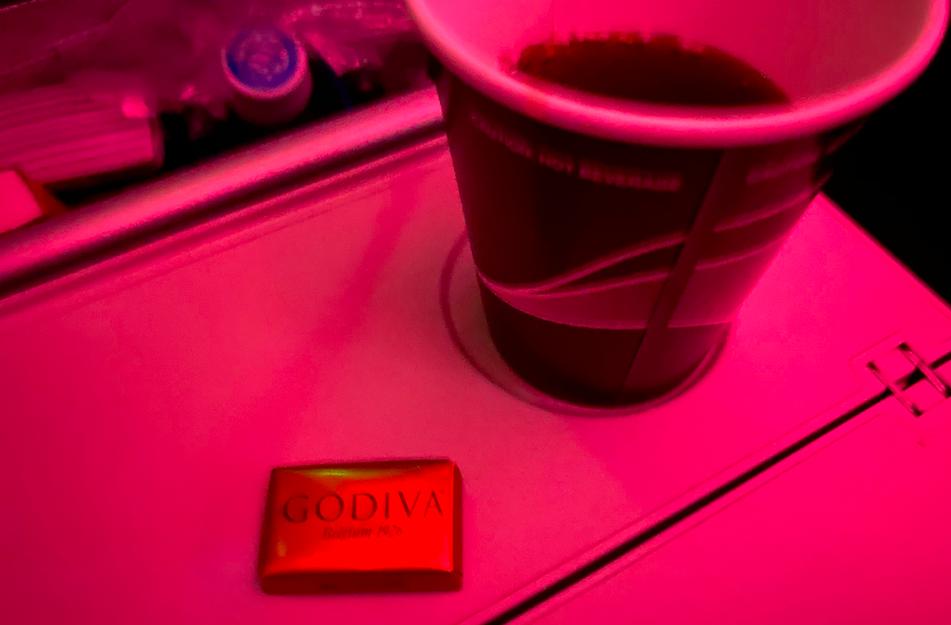 カタール航空のドリンクとチョコ